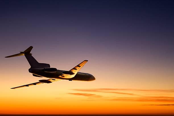 Sonnenuntergang-Flugzeug – Foto