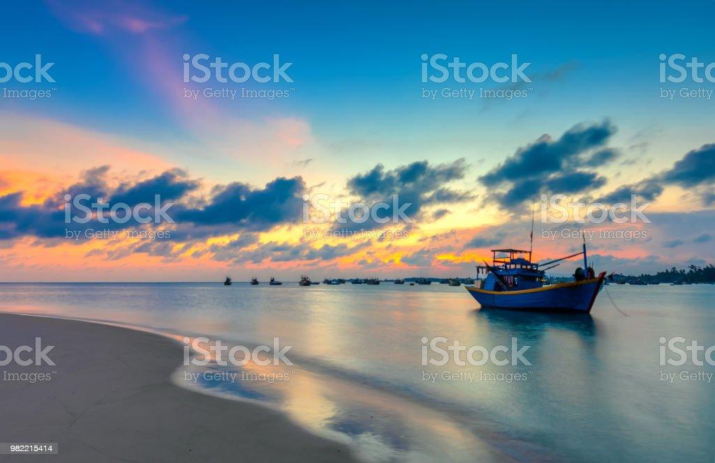 Boot auf dem Meer und Sonnenuntergang – Foto