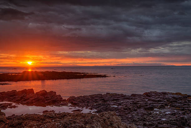 Sonnenuntergang und raue felsigen Küste – Foto