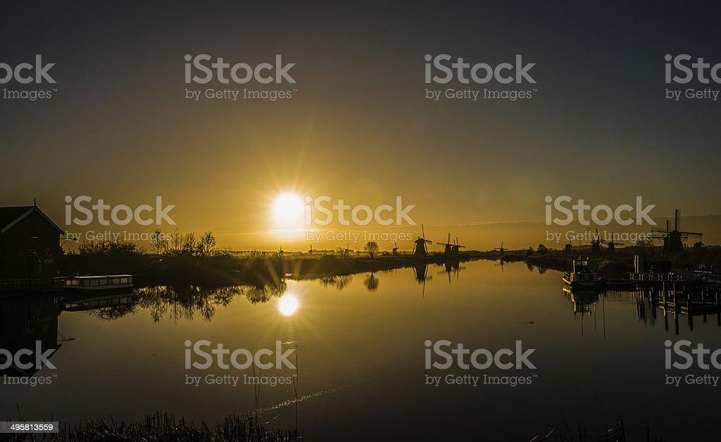 Pôr do sol e o vento mills - foto de acervo
