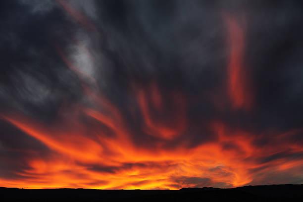 sonnenuntergang nimbocumulus stratocumulus arcus cloud-sky - lenticular stock-fotos und bilder