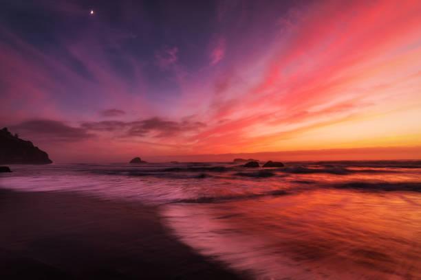 Sonnenuntergang an einem Felsenstrand Pacific Northwest – Foto