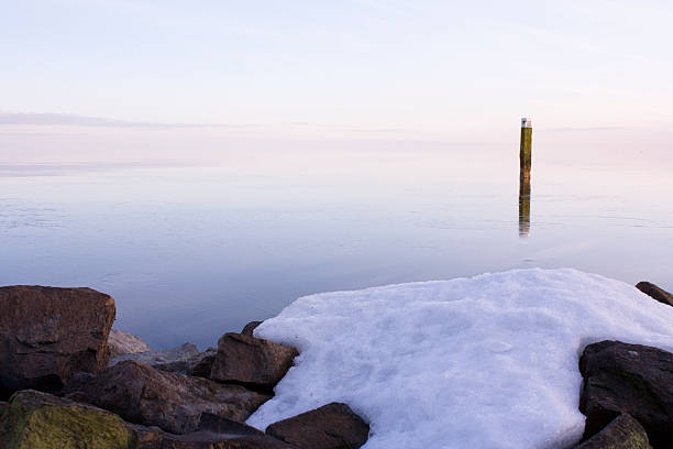 Sunset at a wintry lake. foto
