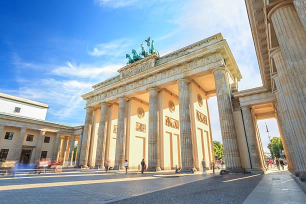 sonnenuntergang in berlin brandenburg gate - berlin stock-fotos und bilder