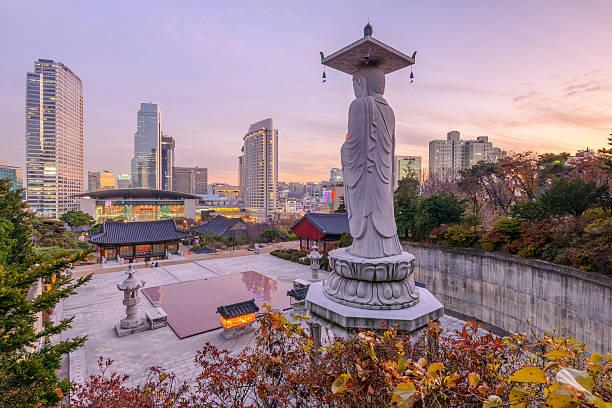 Atardecer en Bongeunsa templo de edificios del centro de la ciudad de Seúl ciudad - foto de stock