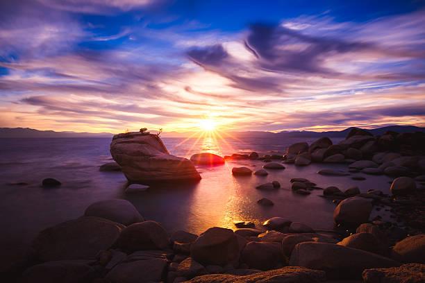 sunset at bonsai rock, lake tahoe, nevada - süd kalifornien stock-fotos und bilder