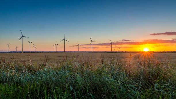 在林肯郡的 conisholme 風力農場的日落 - 林肯郡 個照片及圖片檔