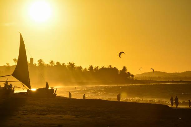 pôr do sol na praia do cumbuco. kite surf no mar, estado do ceará, brasil - nordeste - fotografias e filmes do acervo