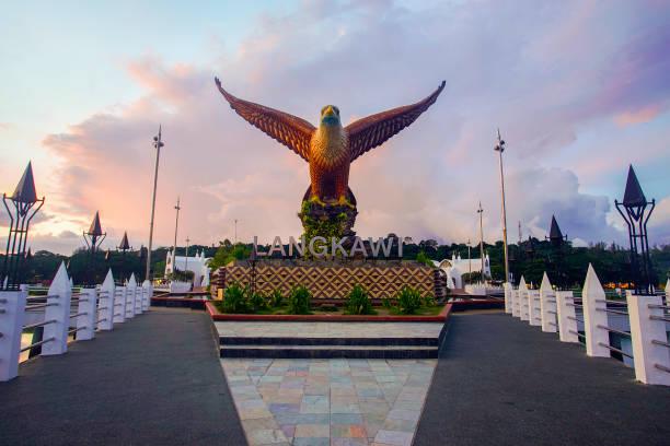 Sonnenuntergang am Eagle Square Dataran Lang ist einer der Langkawis bekanntesten vom Menschen geschaffene Sehenswürdigkeiten, eine große Skulptur eines Adlers, balanciert, um die Flucht zu ergreifen. – Foto