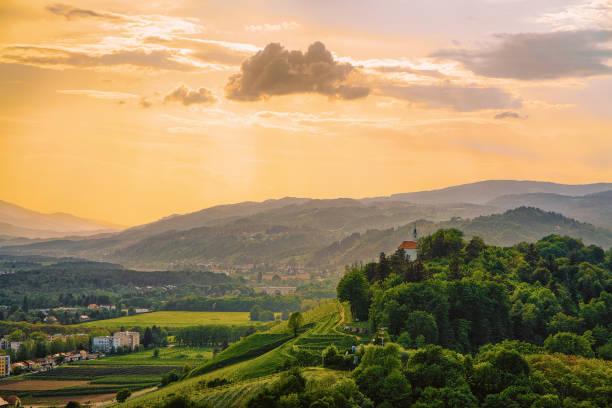 coucher de soleil sur les collines verdoyantes à maribor slovénie - slovénie photos et images de collection