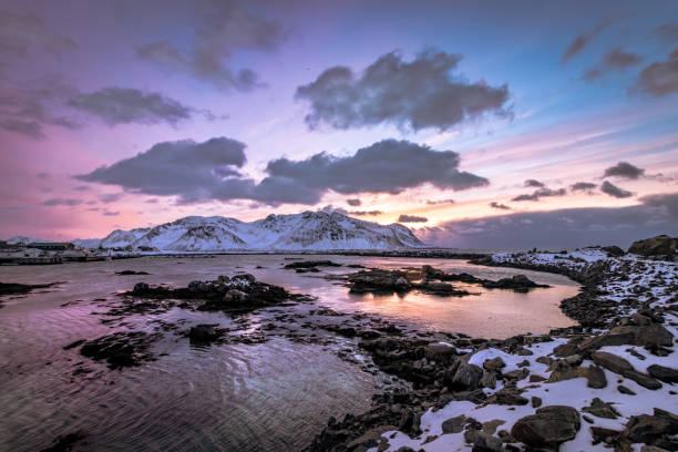 sunset at hovnsund near hoven on the lofoten islands in norway in winter - barragem do roxo imagens e fotografias de stock
