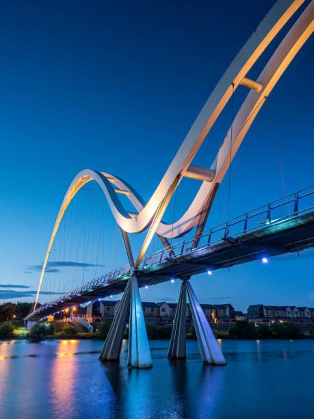 Por do sol na ponte da infinidade no Rio Tees. Stockton-on-Tees - foto de acervo