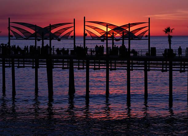 sonnenuntergang am redondo beach-pier - süd kalifornien stock-fotos und bilder
