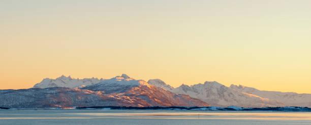 Zonsondergang op het eiland Senja in Noord Noorwegen in de winter foto