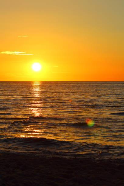 por do sol na praia do mar Báltico do Morskie do Ustronie, Poland - foto de acervo