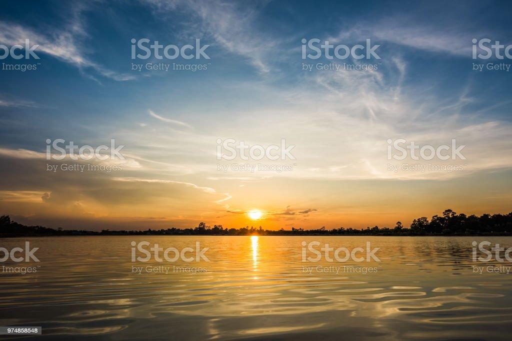 Göl manzara gün batımında - Royalty-free Akşam karanlığı Stok görsel