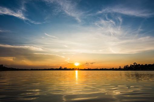 Göl Manzara Gün Batımında Stok Fotoğraflar & Akşam karanlığı'nin Daha Fazla Resimleri