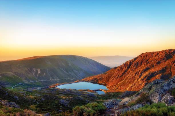 sunset ate serra da estrela - fotos de barragem portugal imagens e fotografias de stock