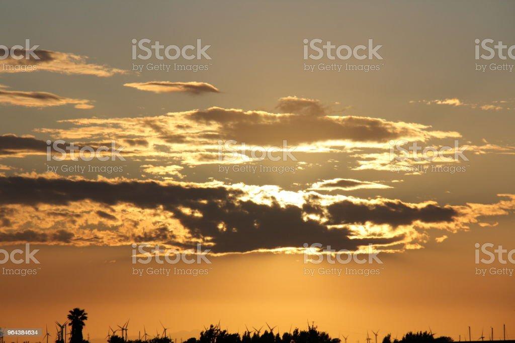 Zonsondergang achter wolken - Royalty-free Avondschemering Stockfoto