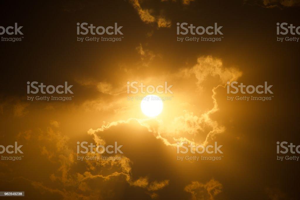 Pôr do sol atrás das nuvens com raios de Deus - Foto de stock de Alto contraste royalty-free