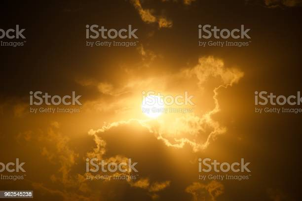 Foto de Pôr Do Sol Atrás Das Nuvens Com Raios De Deus e mais fotos de stock de Alto contraste