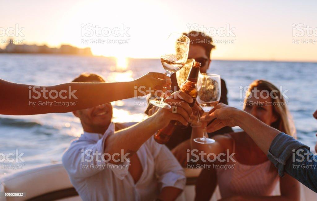 Puesta de sol fiesta con bebidas - Foto de stock de Actividad de fin de semana libre de derechos