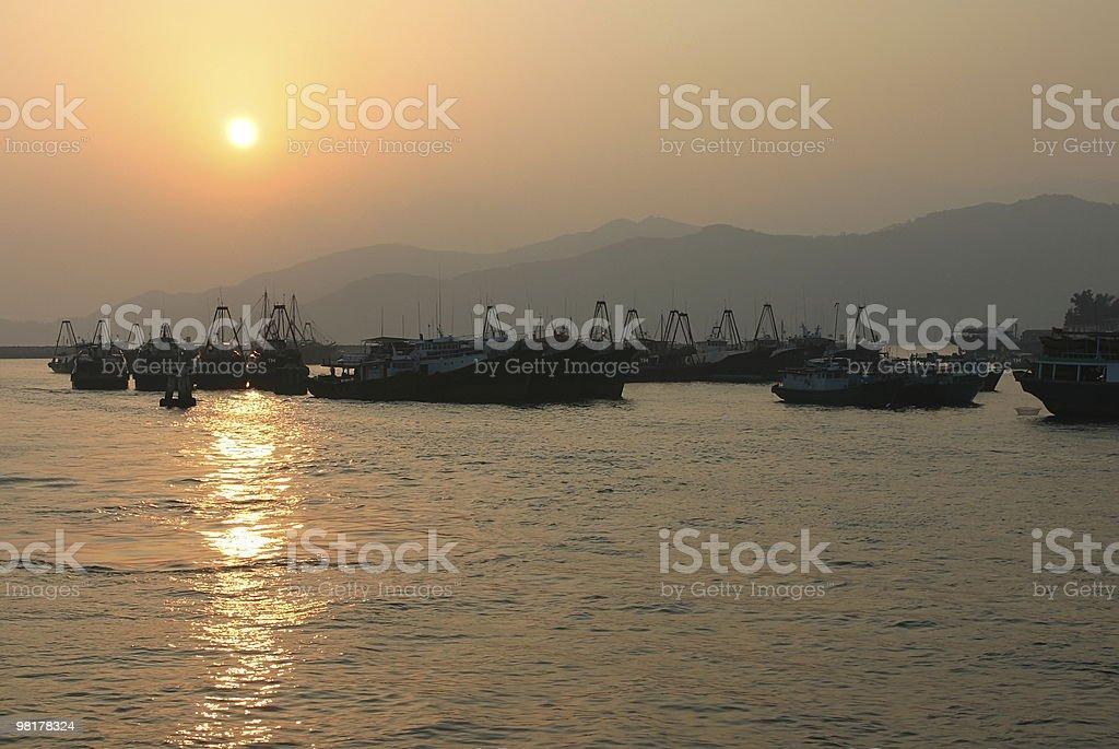 Tramonto. Imbarcazioni di Cheung Chau. Hong Kong. foto stock royalty-free