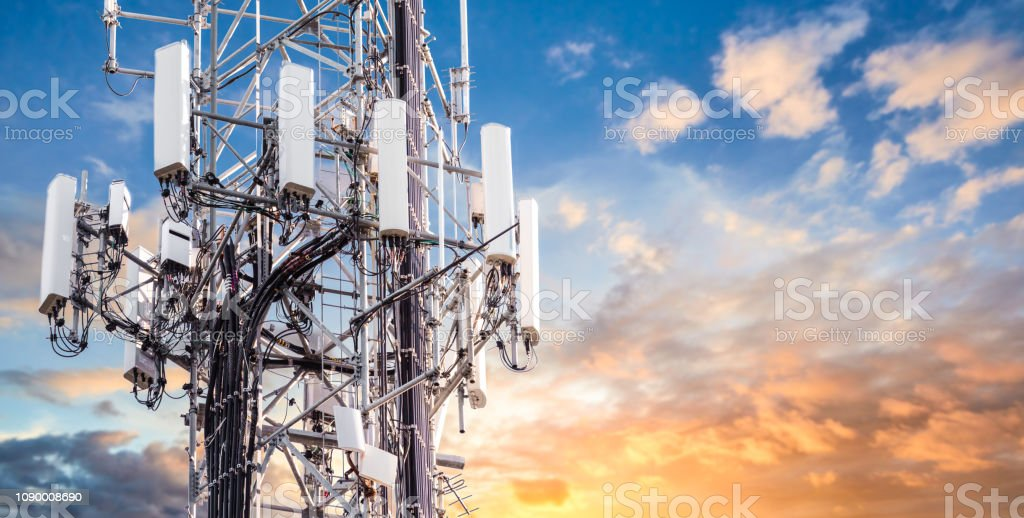 5G Sunset Cell Tower: Cellular communications tower for mobile phone and video data transmission - Foto stock royalty-free di 5G