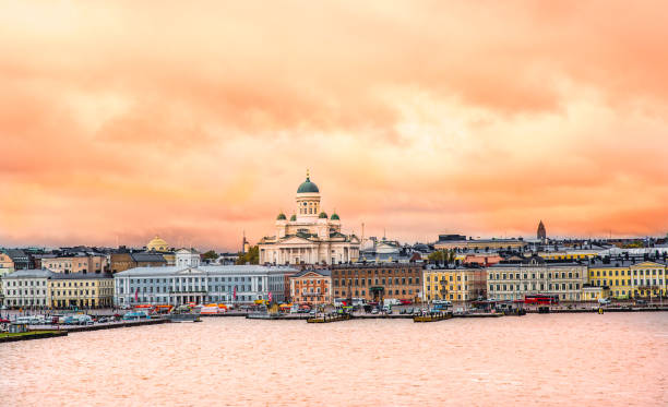 solnedgången stadsbilden i helsingfors med domkyrkan, hamnen och torget. - drone helsinki bildbanksfoton och bilder