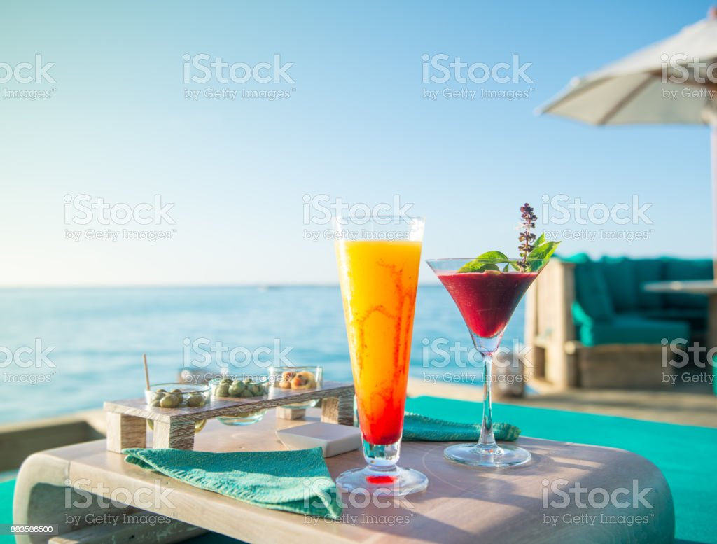 sunset cocktails by the sea - foto stock