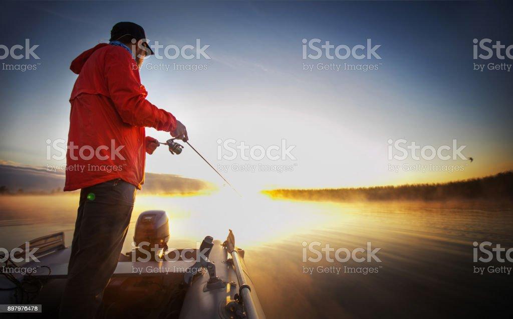 Pesca por do sol. Homem pesca em um lago. - foto de acervo
