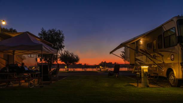 por do sol para uma vida do rv - camping - fotografias e filmes do acervo