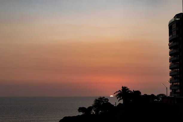日落從利馬的一些木板路。圖像檔