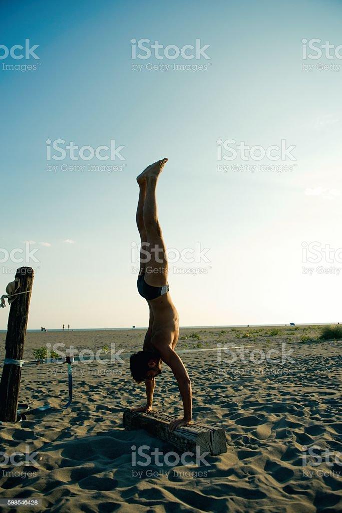 Sunset handstand. photo libre de droits