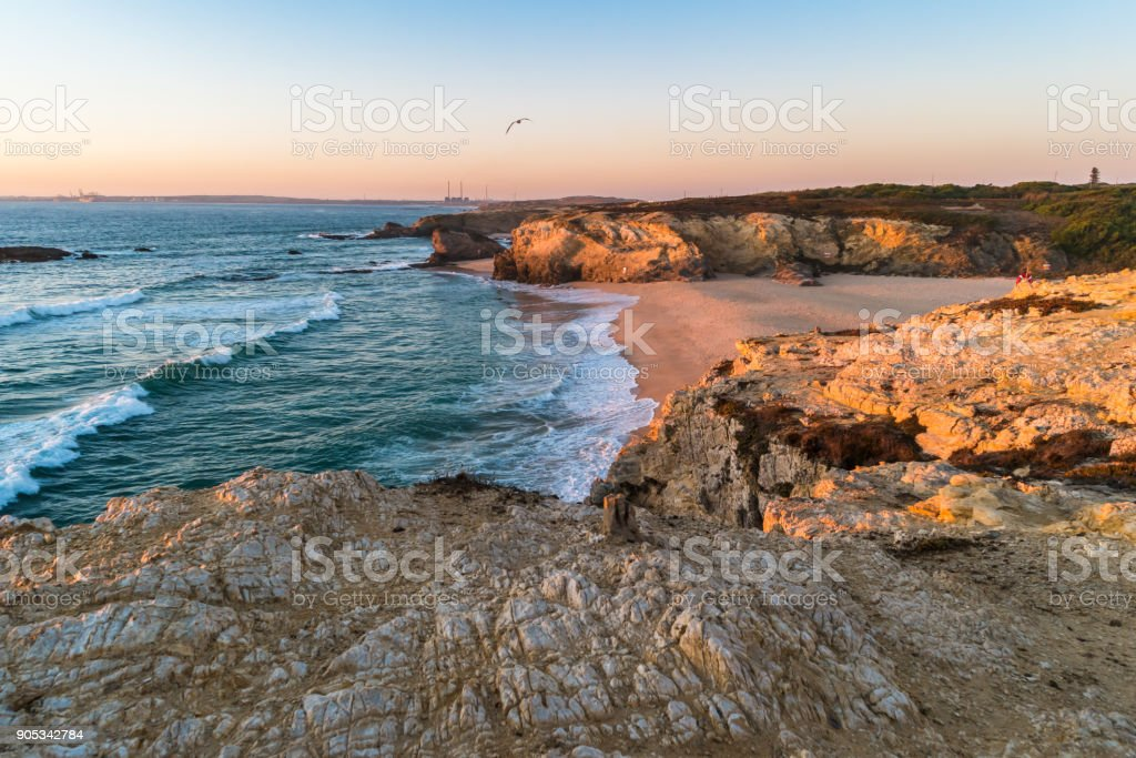 Sonnenuntergang in Strand mit Felsen in Porto Covo im Alentejo, Portugal – Foto