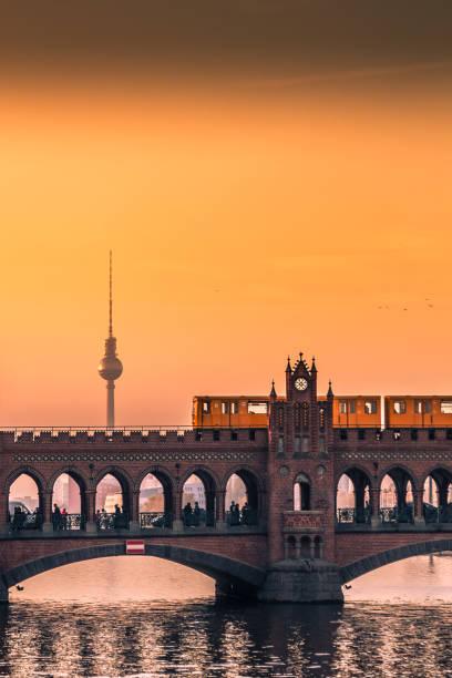 sonnenuntergang in berlin - kreuzberg stock-fotos und bilder