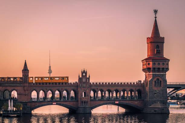 sonnenuntergang in berlin - oberbaumbrücke stock-fotos und bilder