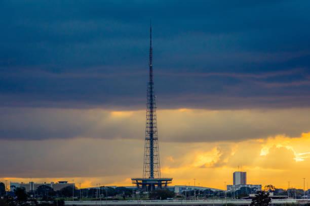 Por do sol em Brasília, com a torre da tevê no fundo. - foto de acervo