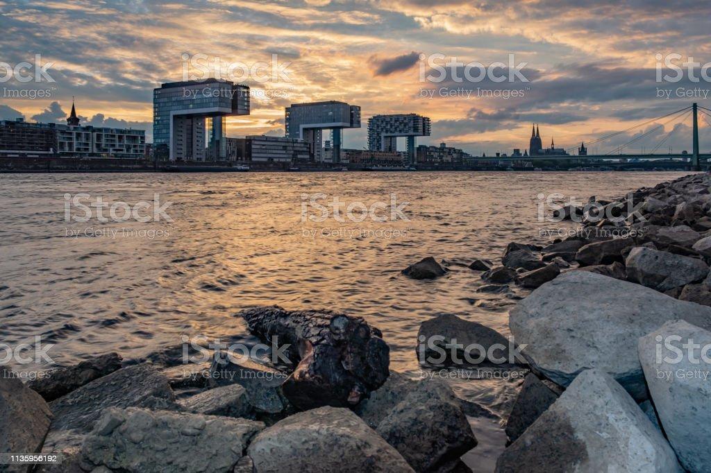 Sonnenuntergang in Köln am Rhein, Ausblick auf die Kranhäuser und den Kölner Dom – Foto