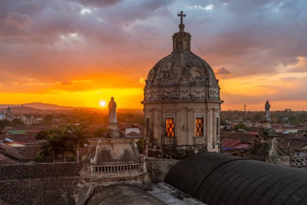 sonnenuntergang in granada, nicaragua - nicaragua stock-fotos und bilder