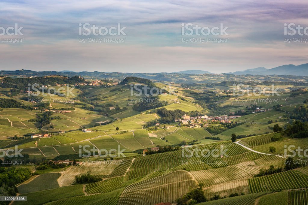Sunset in Piedmont. This image shot from the hill of La Morra down to Barolo - foto stock