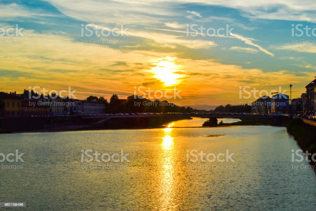 Sunset in Ponte Amerigo Vespucci (Amerigo Vespucci Bridge) through Arno river in Florence, Italy. - foto stock