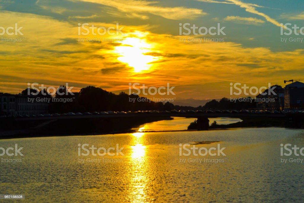 Sunset in Ponte Amerigo Vespucci (Amerigo Vespucci Bridge) through Arno river, in Florence, Italy. - foto stock