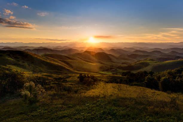 sunset in serra da beleza mountains, between rio de janeiro and minas gerais states - mountain sunset stock photos and pictures