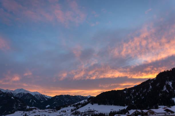 sonnenuntergang im skigebiet serfaus-fiss-ladis in österreich mit verschneiten bergen - fiss tirol stock-fotos und bilder