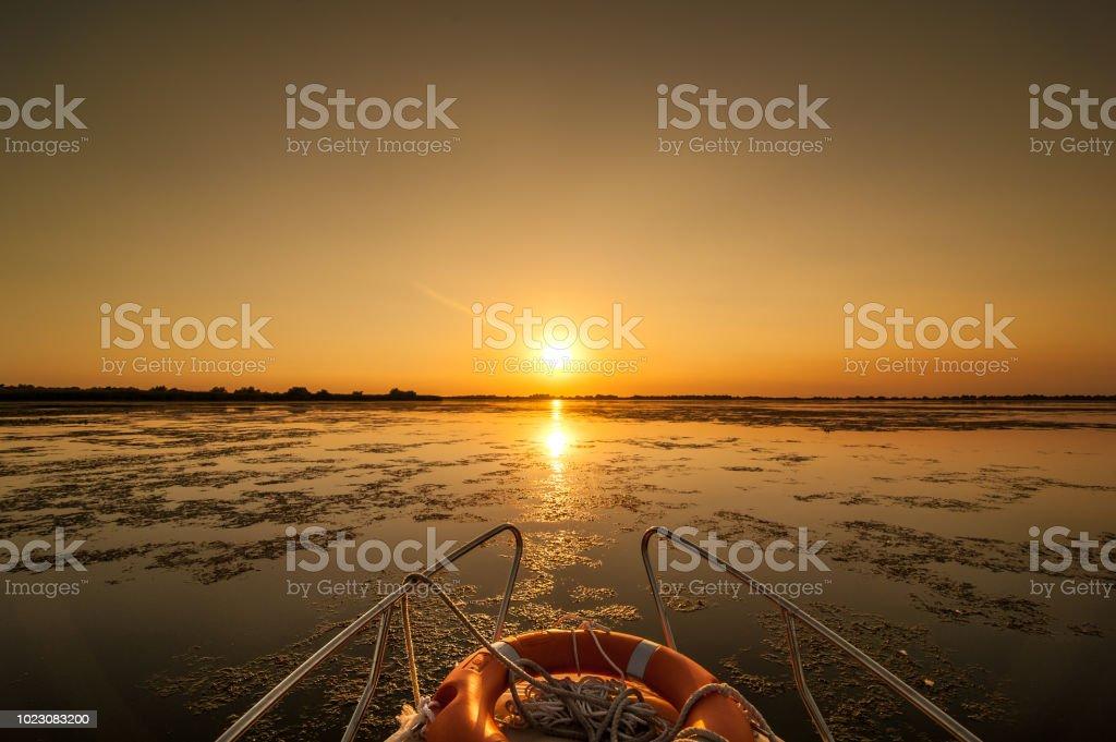 Sonnenuntergang in der Danube Delta Romania.Beautiful bläulichen Lichter im Wasser. Schöner Sonnenuntergang Landschaft aus dem Donau-Delta Biosphären-Reservat in Rumänien – Foto