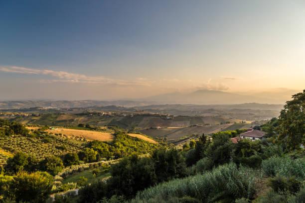 sonnenuntergang in der italienischen landschaft - friaul julisch venetien stock-fotos und bilder