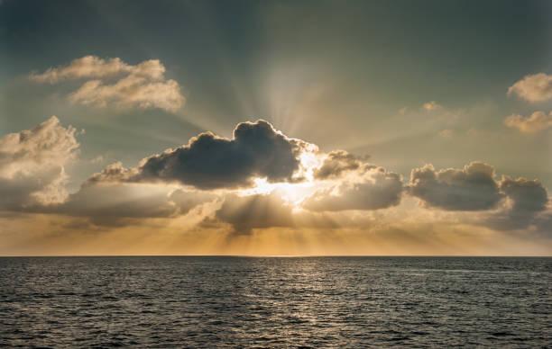 Sonnenuntergang auf den Malediven. Schöne bunte Sonnenuntergang über dem Meer auf den Malediven gesehen vom Strand entfernt. Unglaublichen Sonnenuntergang und Strand auf den Malediven. Ruhiges Wasser und sanften Wellen. Schöne maledivischen Sunbeam. – Foto