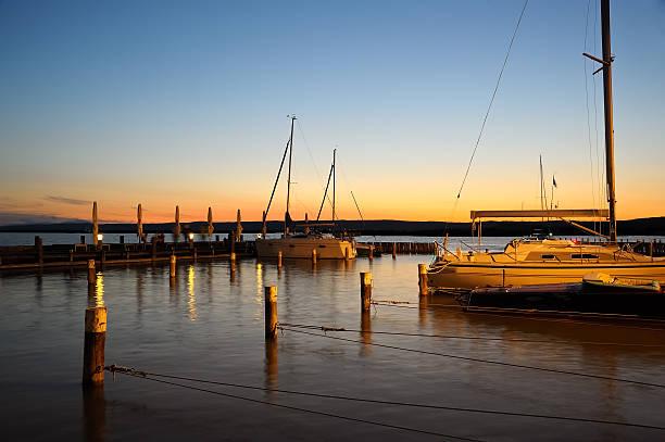 sonnenuntergang in der marina - burgenland stock-fotos und bilder