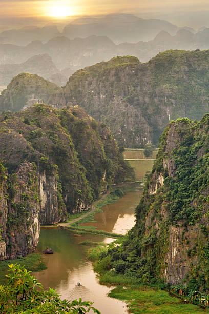 sonnenuntergang in die berge vom aussichtspunkt, vietnam - holu stock-fotos und bilder